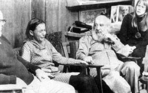 Fritz Perls, la rockstar della psicoterapia, durante una seduta di gruppo