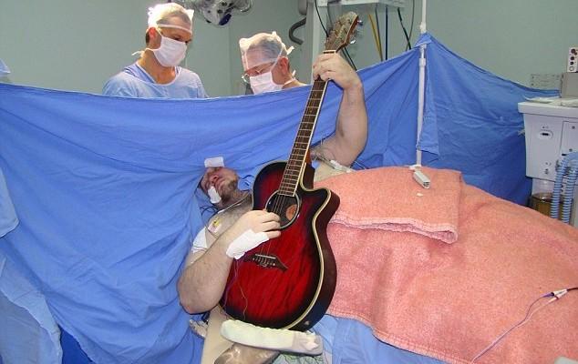Suonare i Beatles o il sax mentre ti operano al cervello