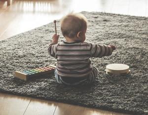La musica migliora il linguaggio e le capacità musicali nei bambini