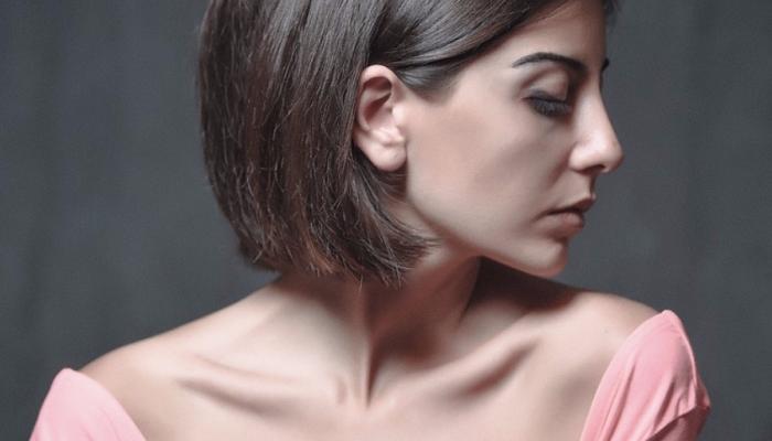 Come aiutare una donna ad amarsi: la giusta canzone, parole succose e luce