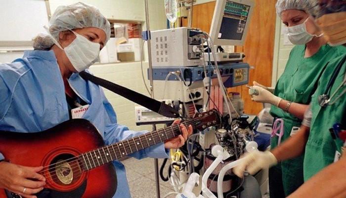 Bisturi e chitarra: la musica come cura all'interno degli ospedali