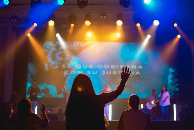 Autostima bassa in un concerto spento, dove si prova noia, distanza e mancato coinvolgimento. Inizia a cambiare ritmo gestendo l'ambiente!
