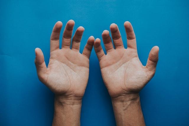 Alta autostima, una caratteristica da rockstar arrogante? Le mani, le azioni e la stima di sé, sono strumenti fondamentali per dare valore a te e l'altro.