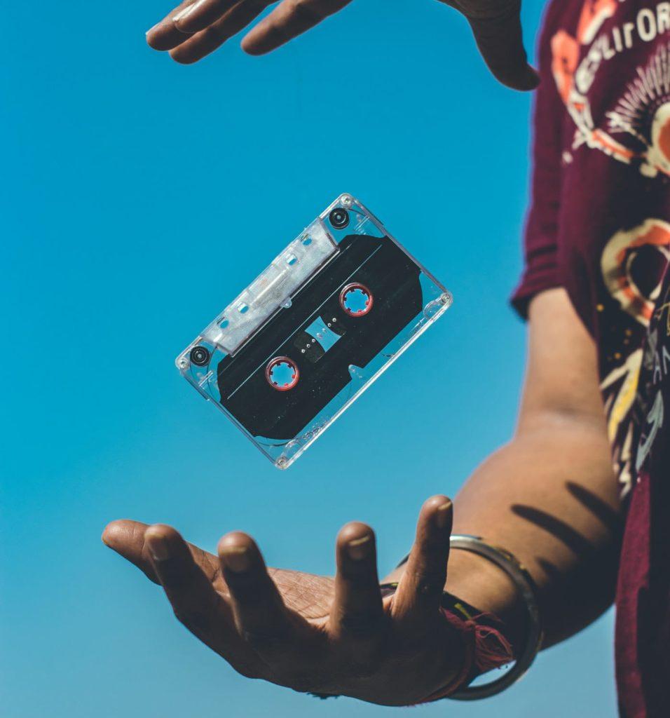 E' comune pensare alla vita come una palestra in cui costruire il proprio valore. La scienza, però, suggerisce esercizi di autostima da sviluppare in due palestre distinte, l'Inner Game ed Out Game, ed in cui accendere la musica e la nostra attenzione. La musica, in cassetta, CD, o qualsiasi dispositivo preferisci, è nelle tue mani. Accendila nella tua palestra mentale e fuori!